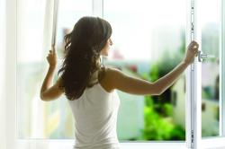 Проветривание комнаты для профилактики бронхита