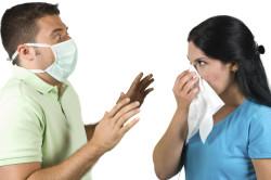 Прикрывание рта рукой или платком для предотвращения заражения бронхитом окружающих